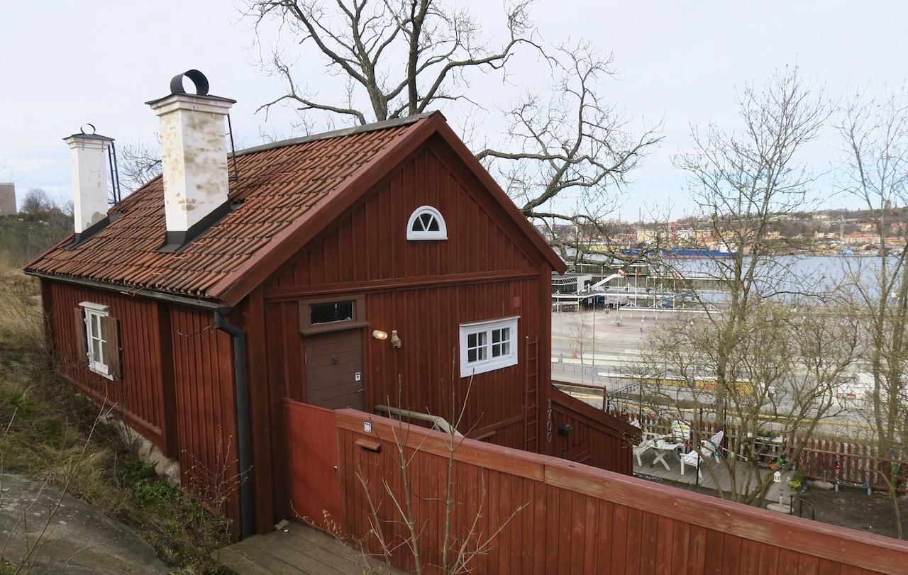Kvastmakarbacken på Åsöberget. En av flera gamla stugor på parkett här uppe. Med Stockholm framför sig.