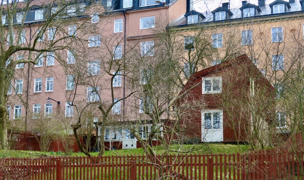 Visst är det att bo på parkett här uppe på Åsöberget.Och man kan ställa sig i kö för att få hyra ett hus. Men kön är låååång...