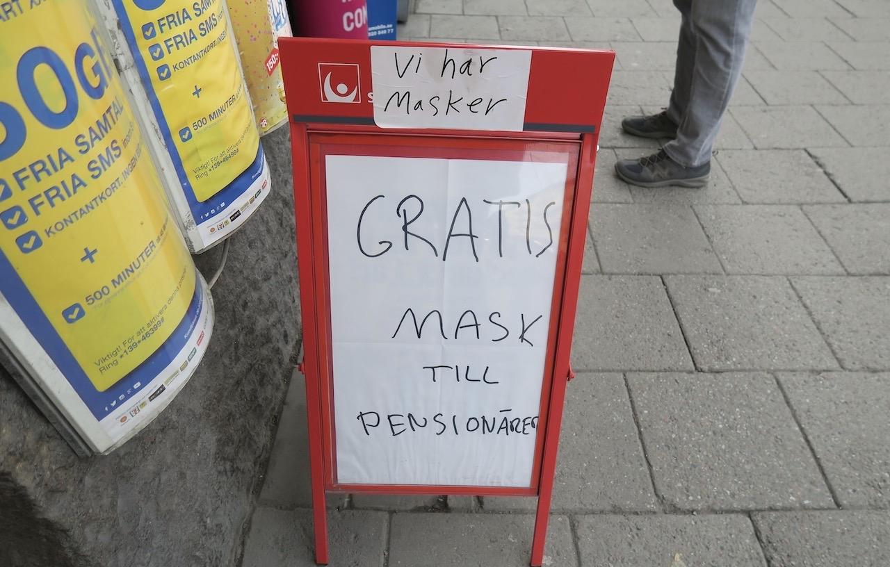 Gott initiativ av en butik. Och allvar finns i skylten Men jag junde inte låta bli att även se den med viss humor.