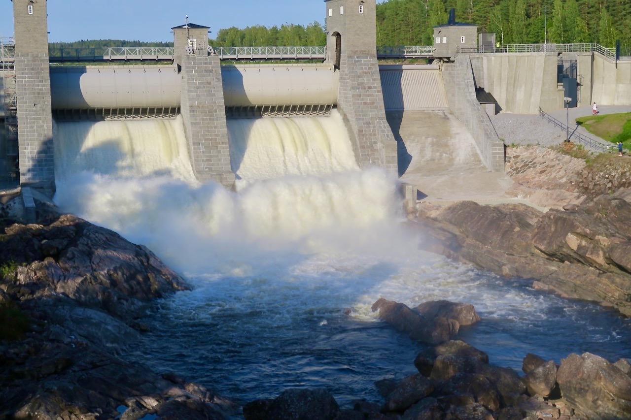 Här forsar det vatten från floden Vuoksen. Under sommartid öppnar man kvällstid dammatna och vattnet forsar ut till tonerna av Sibelius musik. Mäktigt!