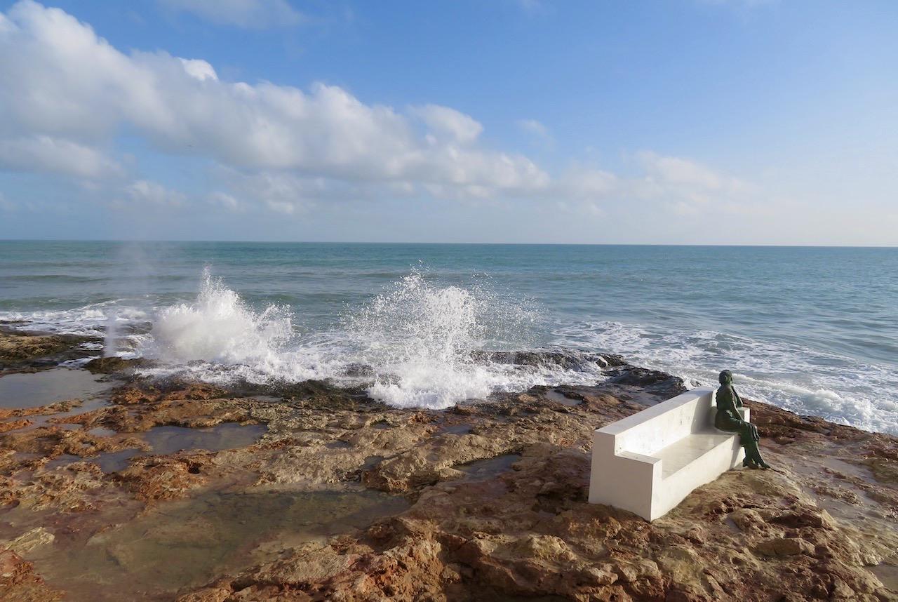 """Här på en bänk på en klippa vid havet i Torrevieja sitter """"La bella Lola"""" och väntar på sin man. Ska han komma tillbaka eller ej. Hoppet finns."""