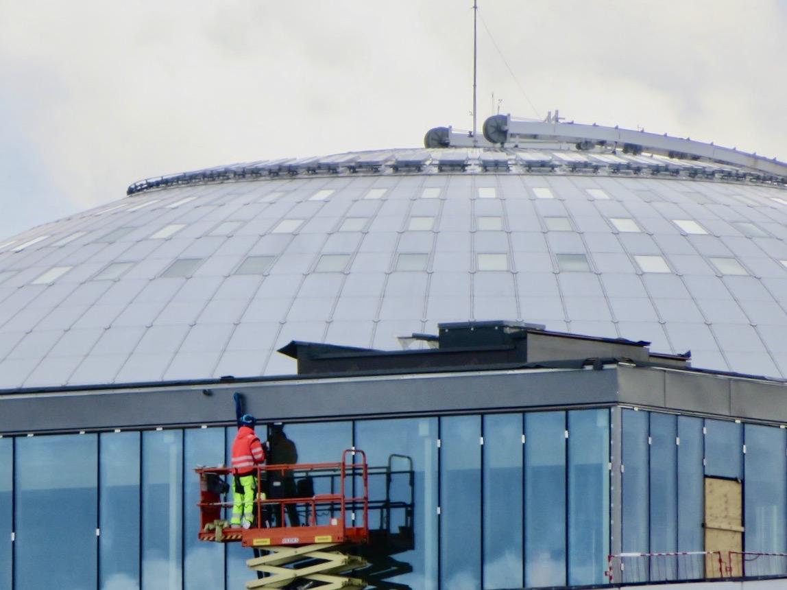Här blev jag nyfiken. Vad händer?Nåja, det är i huset framför Globen och det är fönsterpusning som pågår.