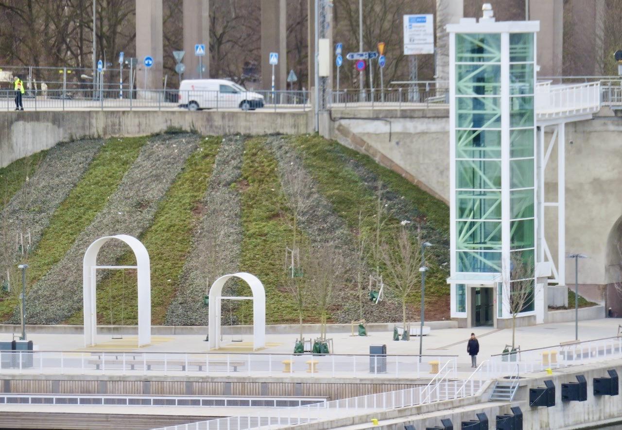 Vad händer? Jo, igår invigdes den nya hissen vid Skanstullsbron som ska gå ner/upp till Fredriksdalskajen i Hammarby sjöstad.