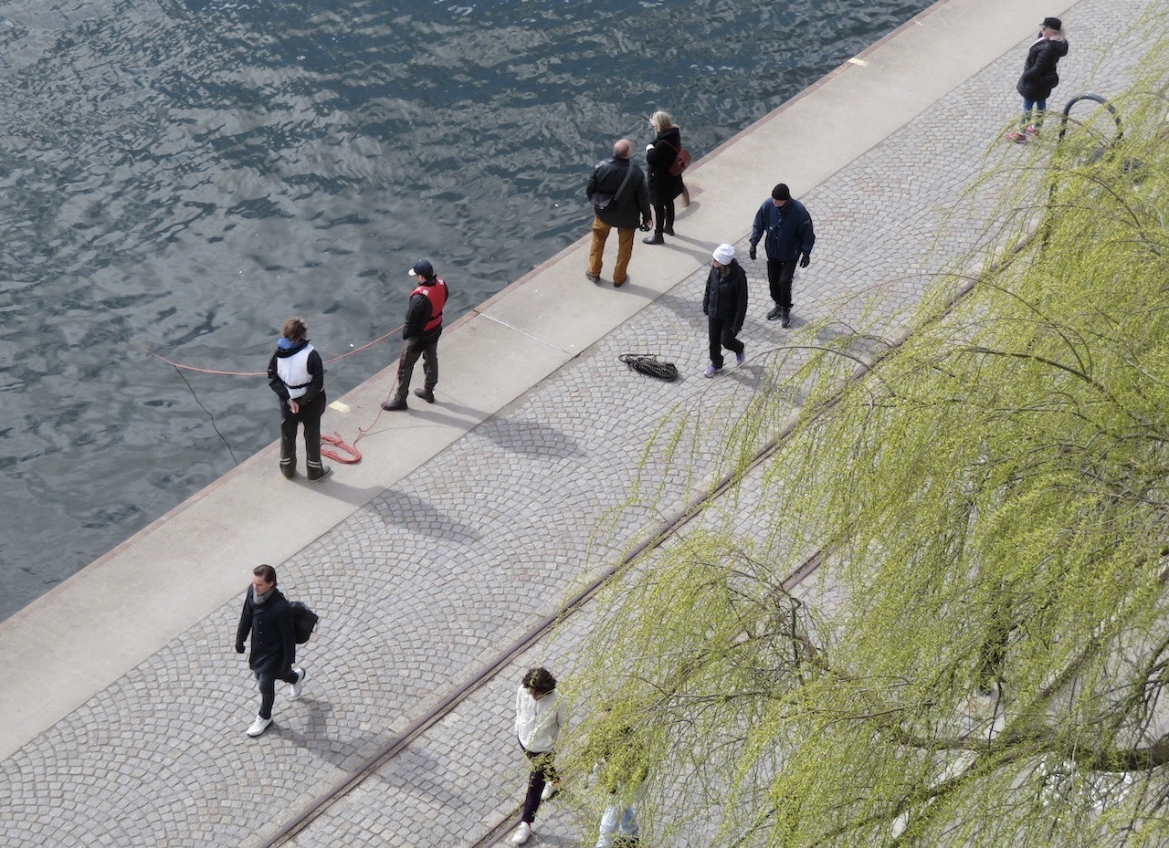 FRån balkongen kunde vi ändå på nära håll följa vad som skedde på kajen här i Norra Hammarbyhamnen