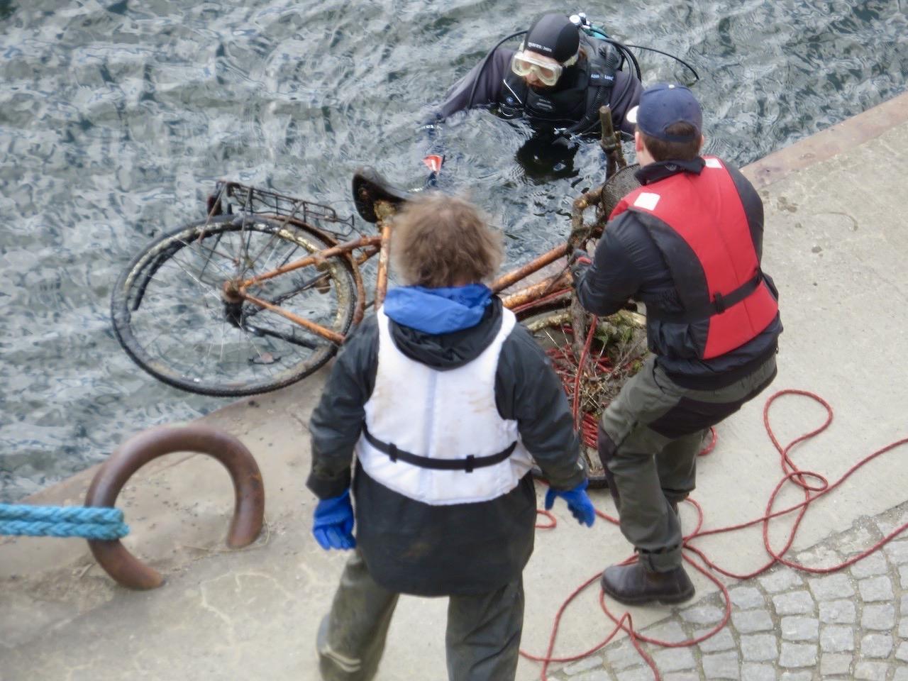 Med hjälp av zoomen så var jag med på nära håll. Dykaren kom upp med en cykel.