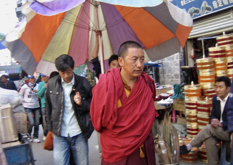 Tillbaka i Lhasa och inte oväntat ett nytt möte men en munk.