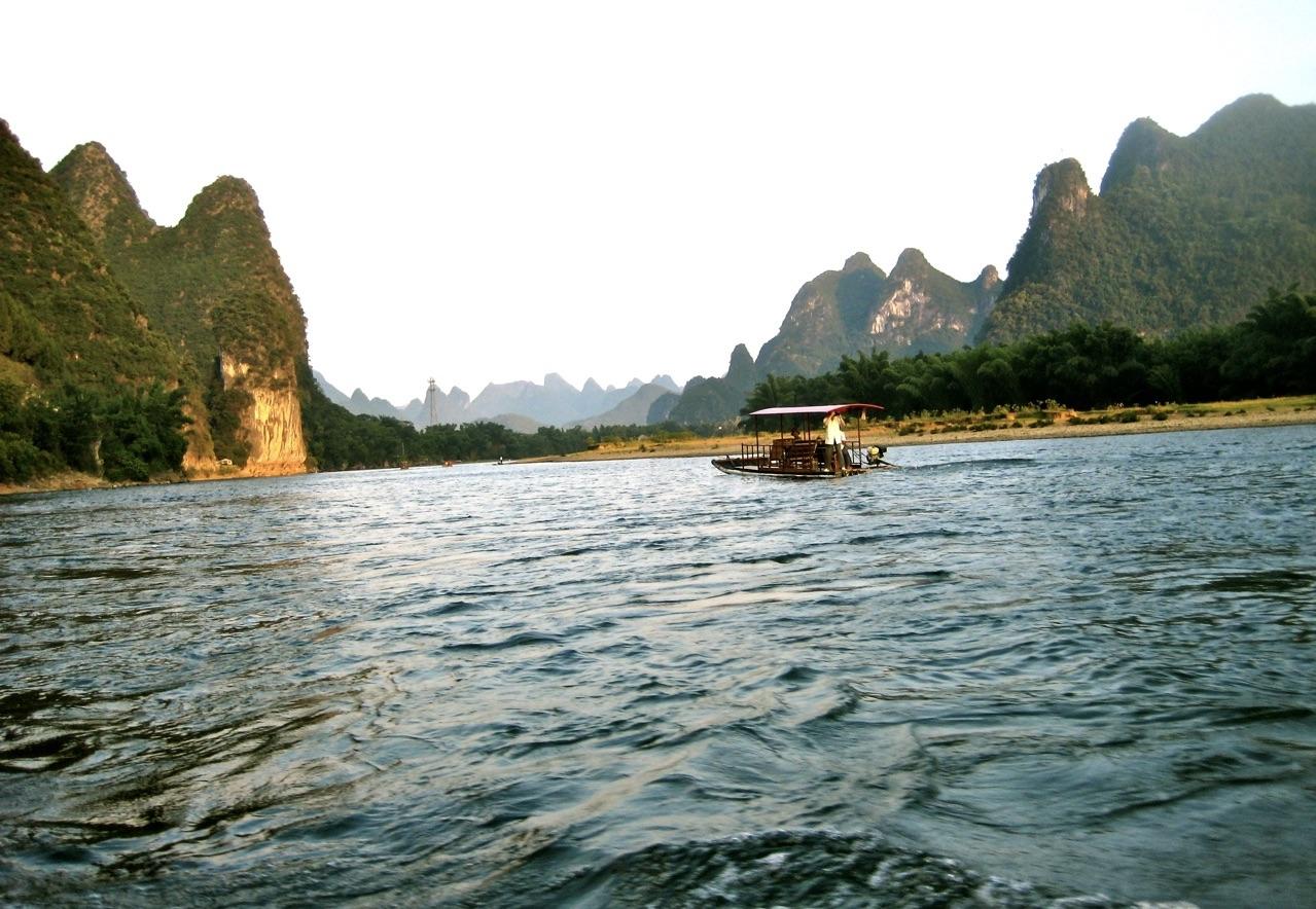 """I Yanngshouområdet i södra Kina ser man runt flera sjöar """"sockertoppsberhen"""" sticka upp just likt sockertoppar."""