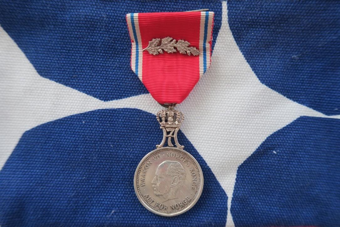 """""""Alt för Norge"""" står det på St: Olavs medaljen med ekegren som min pappa tilldelades näe andra världskriget var slut."""
