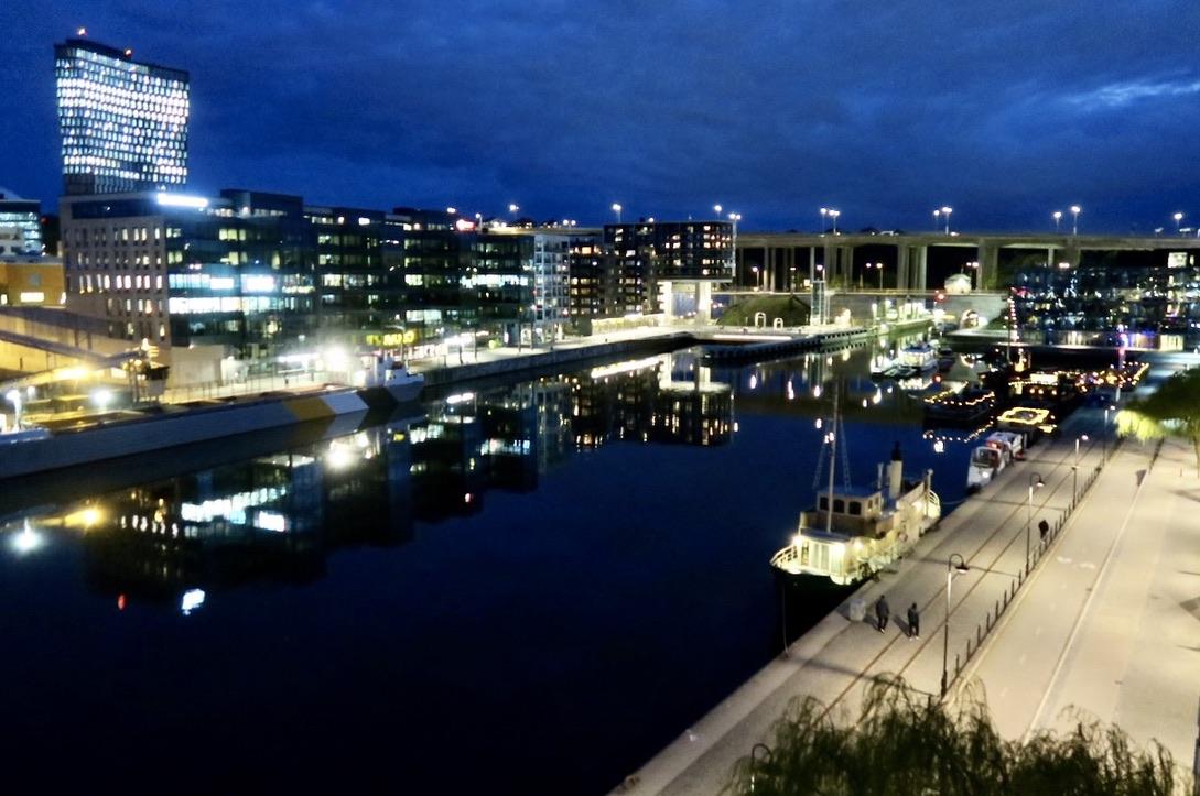 Sköna maj välkomnade vi på balkongen. Stockholm är vackert både dag och kväll.