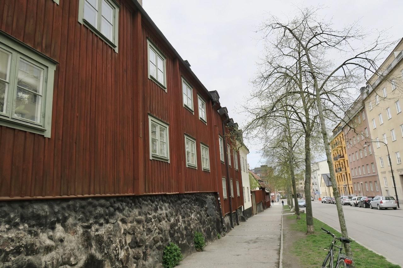 Malmgårdsvägen med gamla kvarter och hus till vänster och mer moderna till höger.
