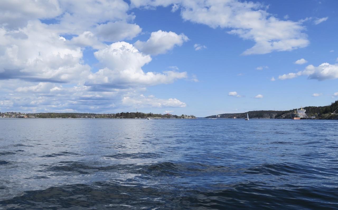 Närmar mig Nacka strand och ser inloppet till Stockholm. Konstaterar att det fortfarande är en skön söndag.