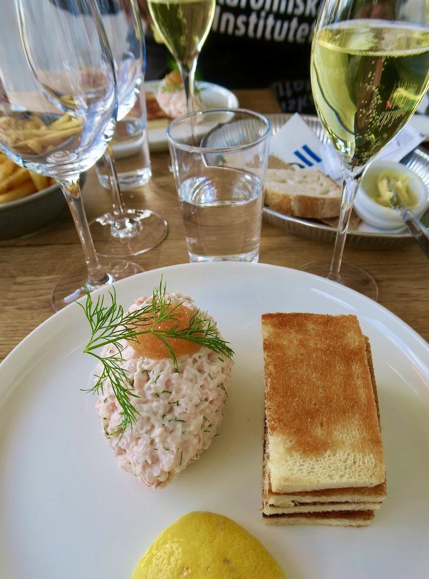 Maten och miljön på restaurang J i Nacka strand och träff med dotter H bidrar helt klart en skön söndag.
