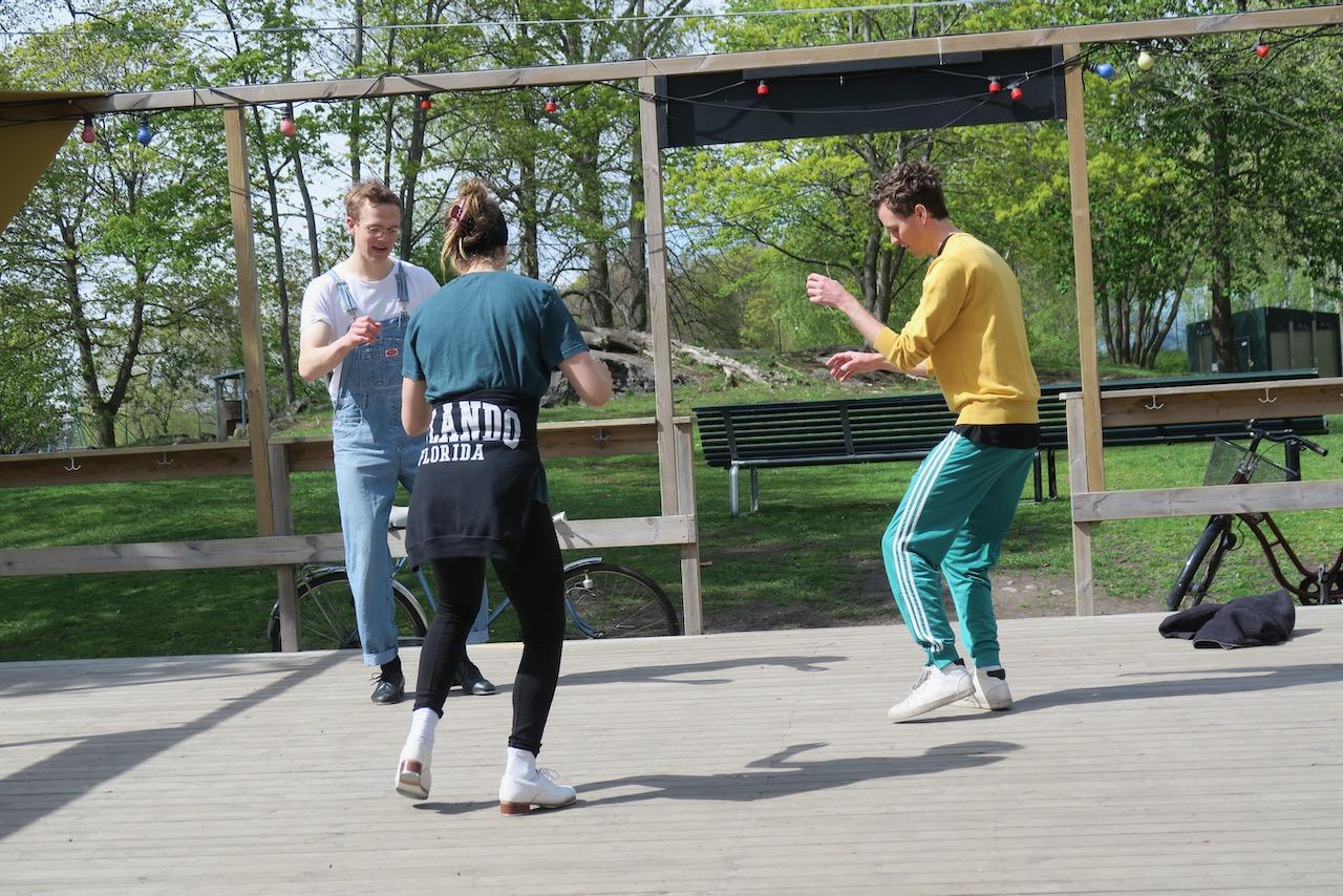 """Dansbanan """"Sprallen"""" vid Årstaviken är just nu stängd för allmänheten. Men här tränar några stepp. Viktigt både med viss riktning och att hålla avstånd."""