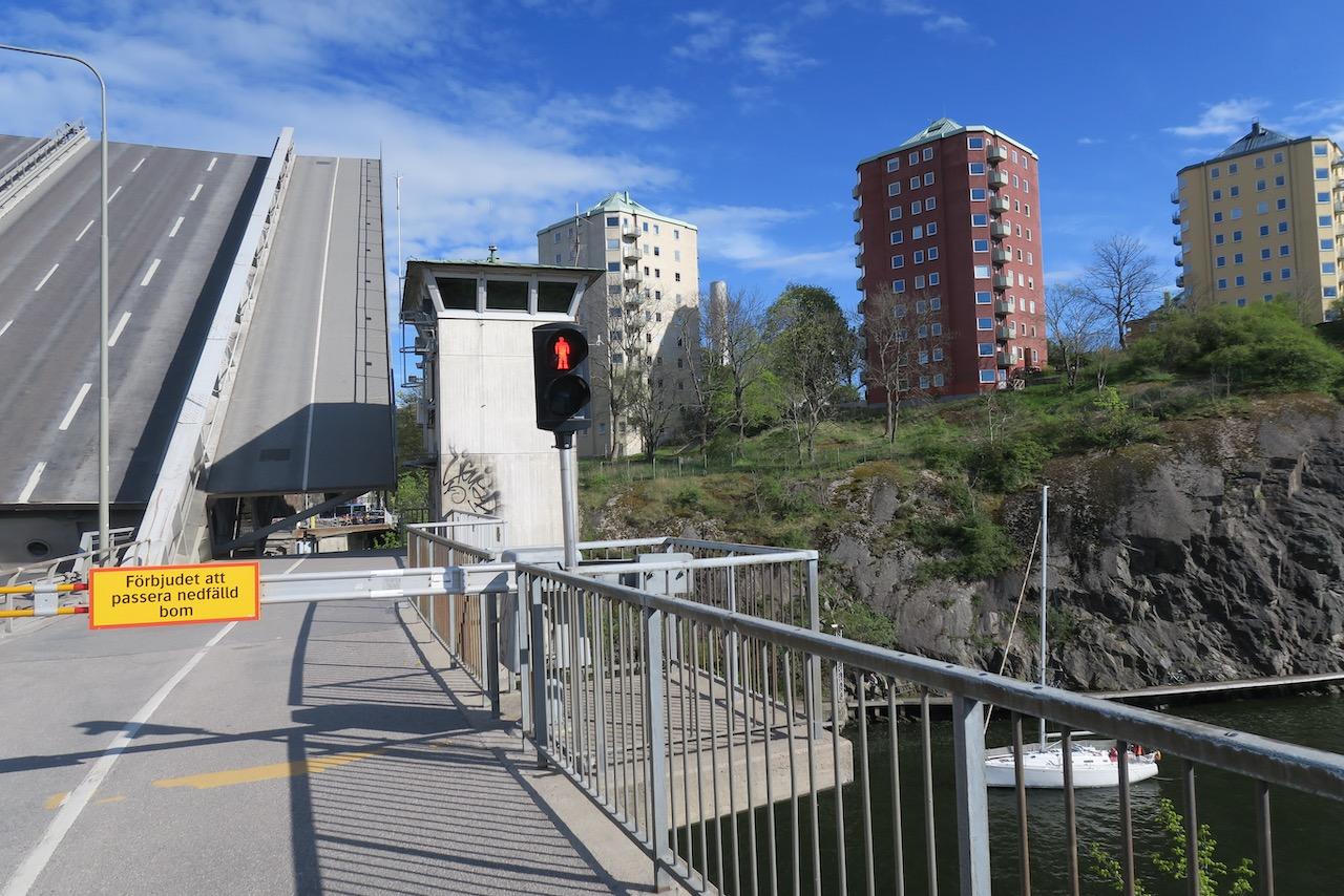 Danviksbron är i viss rörelse med broöppning, så att segelbåtarna kan passer.