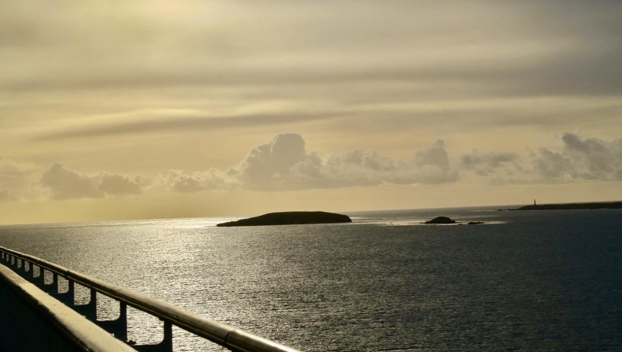 Här får jag uppleva en tidig morgon på väg in mot Falklandsöarna.