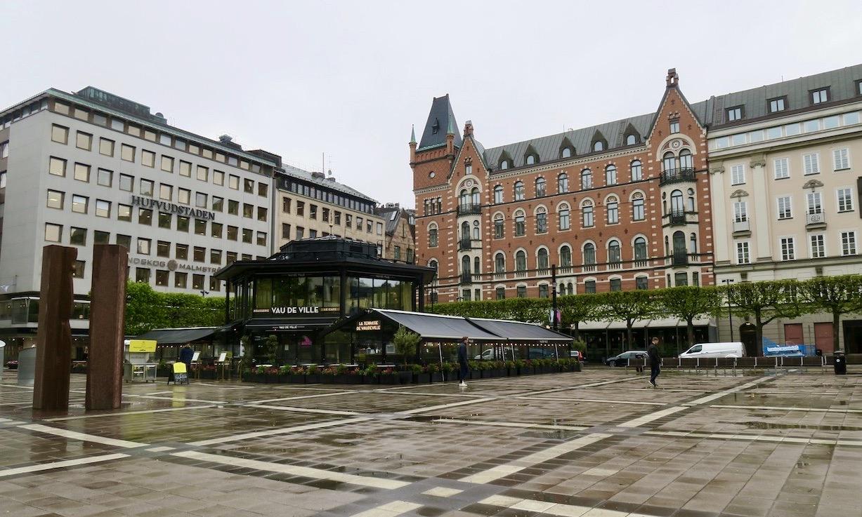 Jag blåste över Norrmalms torg och in på Biblioteksgatan. Där lämnade mig för ett tag de friska fläktar som tagit mig hit.