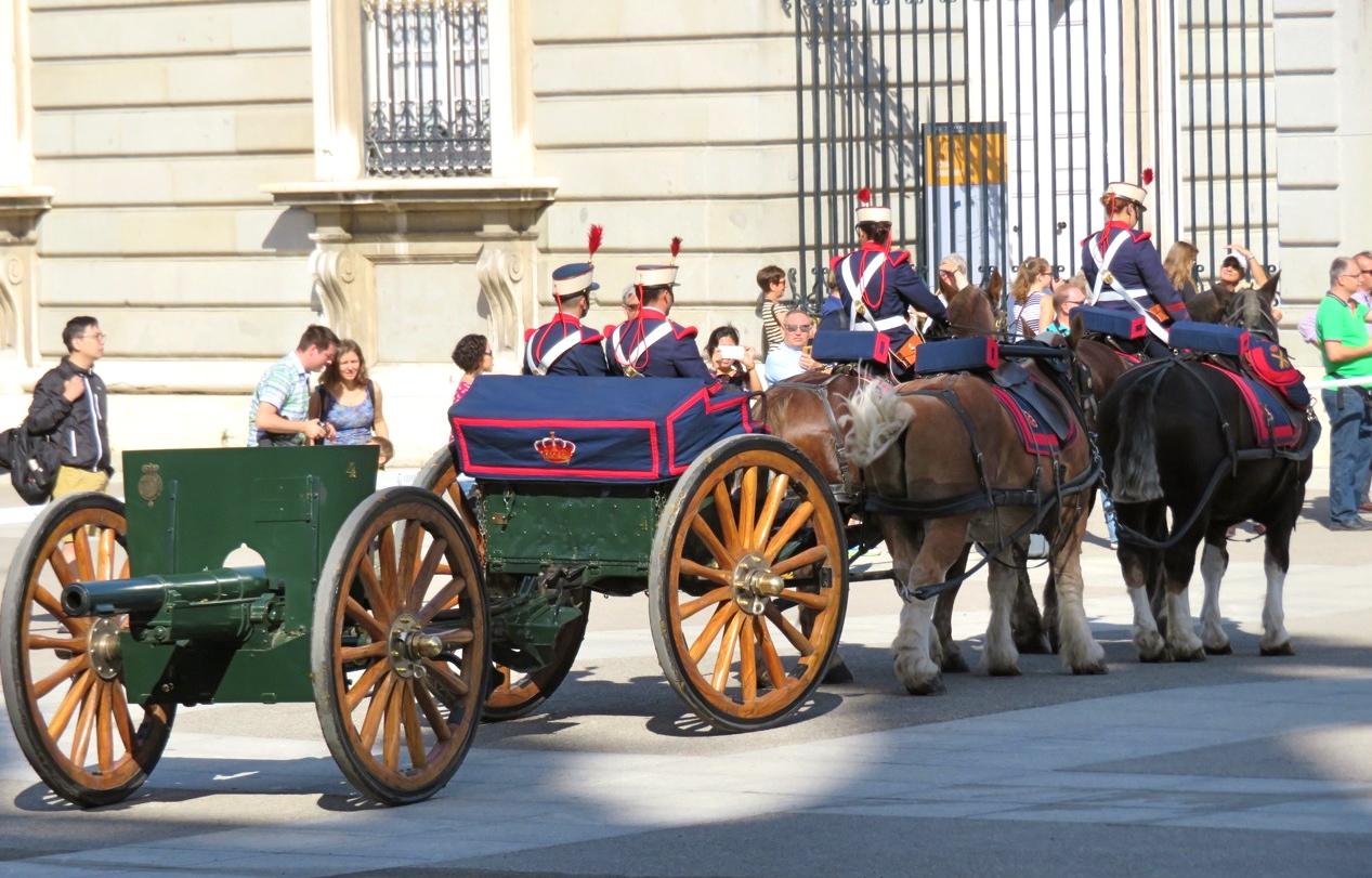 Kungliga slottet i Madrid. En parad framför slottet i madrid och där en kanon fanns på en vagn som drogs av fyra hästar.
