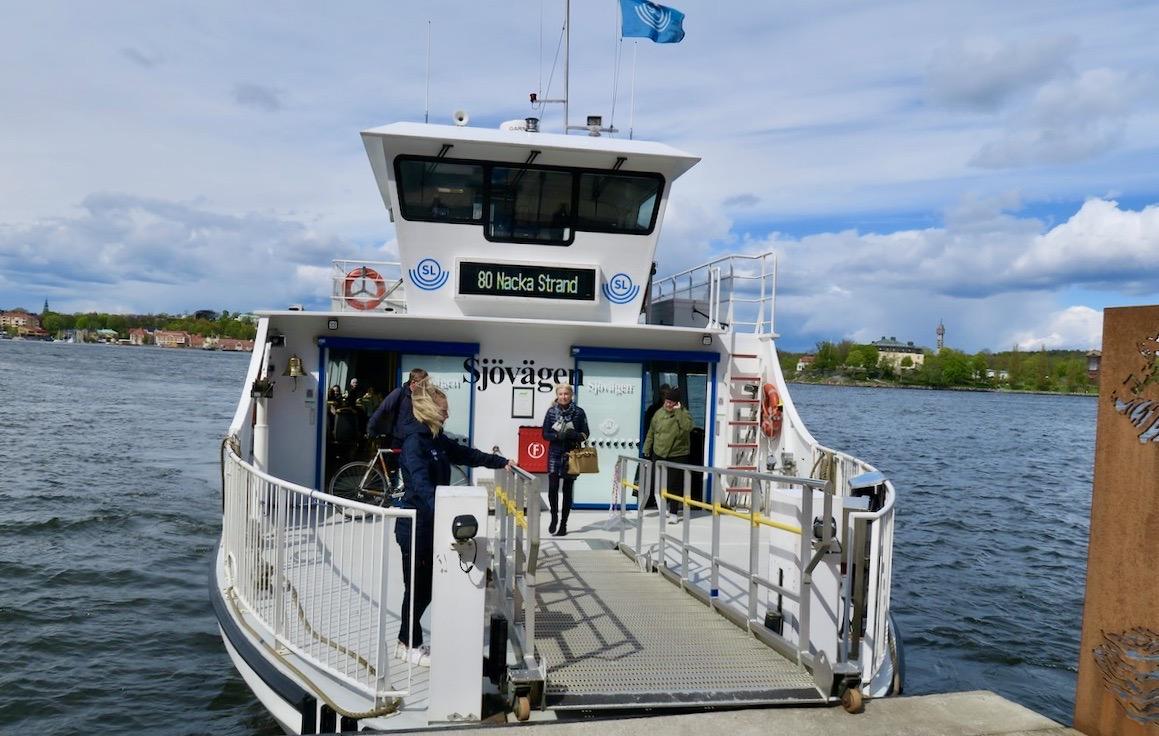 """Frisk luft blev det gott om när jag tog båten, """"Sjövägen"""" från Saltsjökvarn till Nacka strand."""