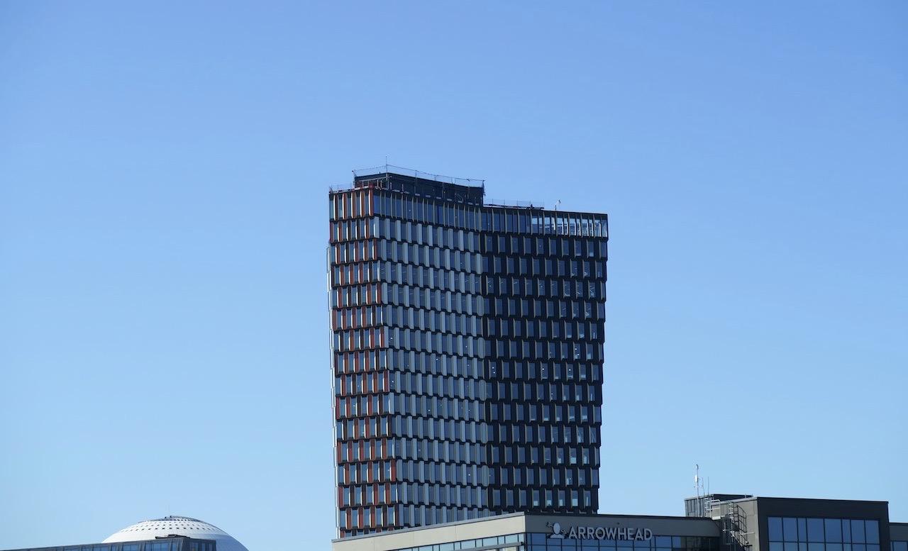 Byggnaden Stockhom New, eller Stockholm 01 som den också heter har ett spännande mönster på sina fönster