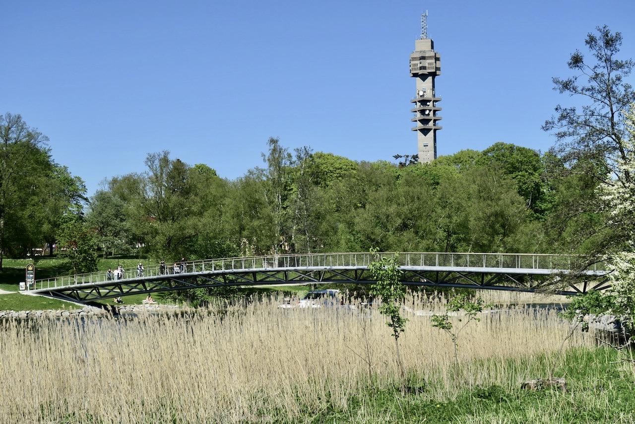 Från Djurgården mot City går vi längs med Djurgårdsbrunnskanalen, vidare mot Djurgårdsbrunnsviken och korsar över Folke Bernadottes bro.