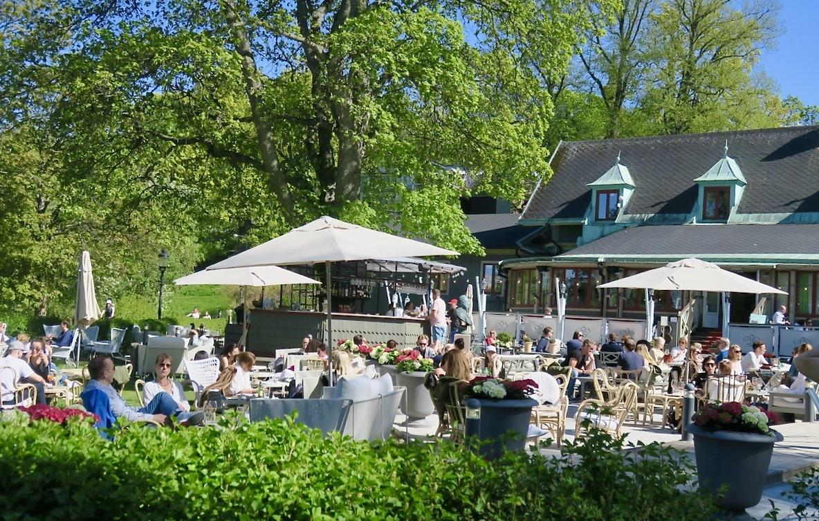 Paus på restaurang Villa Godthem. Vi har här tagit oss från Djurgården, den östra sidan över till den västra.