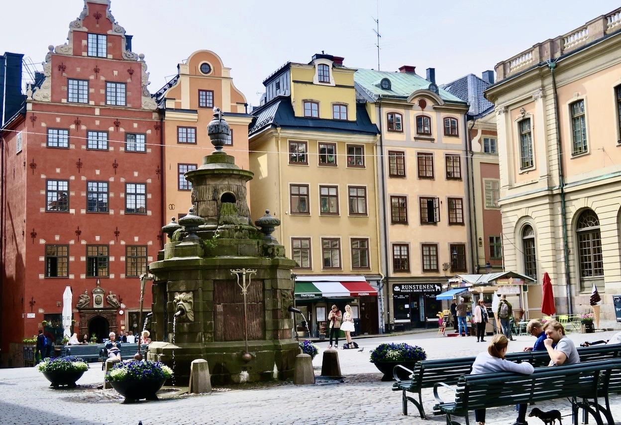 När jag går genom Gamla stan passerar jag ofta Stortorget. Ett torg med flera speciella historier.