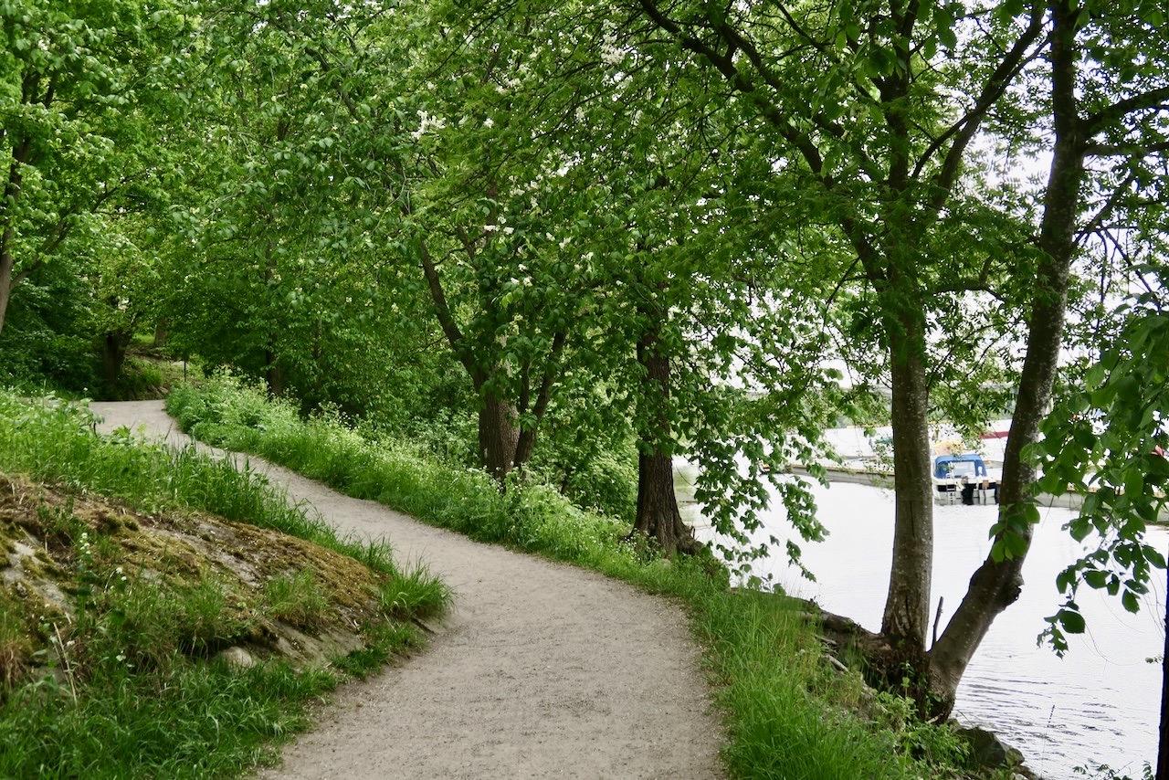 En fin strandpromenad går längs vattnet hela vägen runt Reimersholme, 1.6 km.