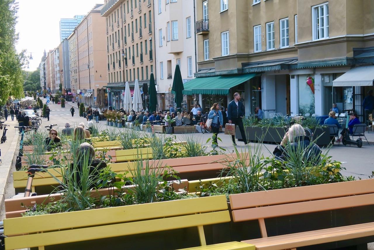 Skön sommarkänsla infinner sig när Stockholms sommargator öppnar. Här Skånegatan på Södermalm-