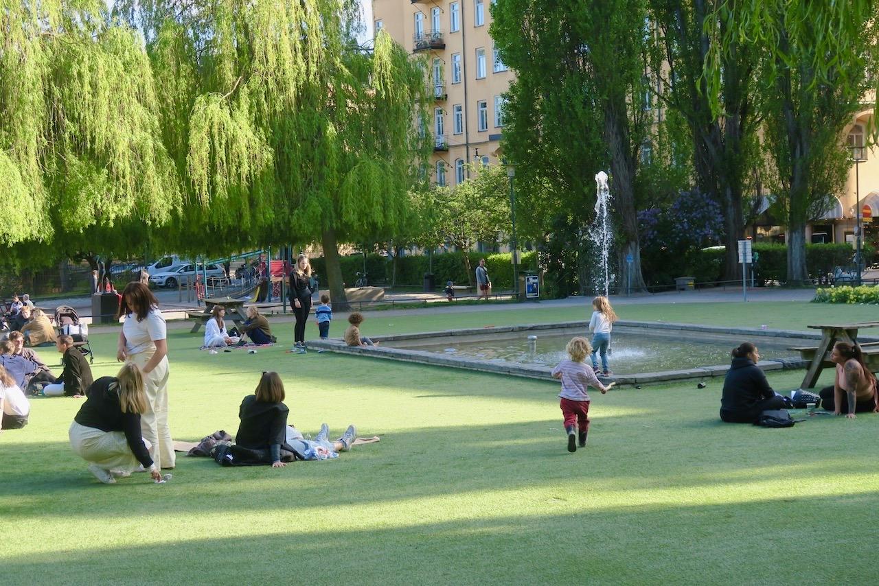Nytorget med skön sommarkänsla på det gröna konstgräset