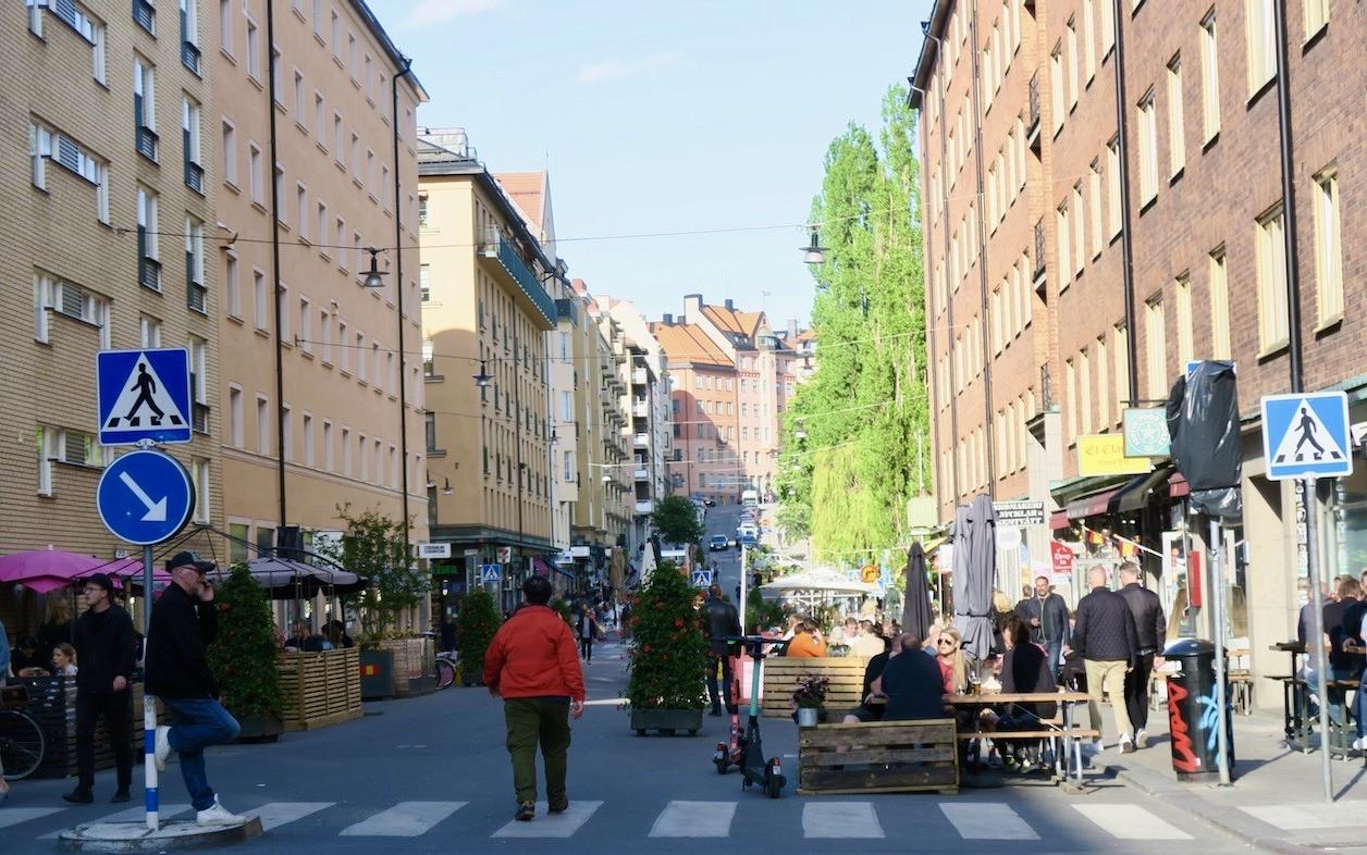 Skånegatan. Här med serveringar på båda sidorna. Gästerna är många och skön sommarkänsla är närvarande