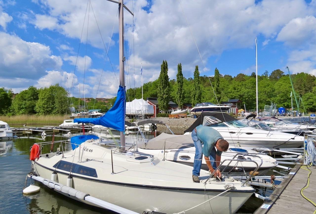 PÅ en båt förekommer plugg i olika sammanhang.