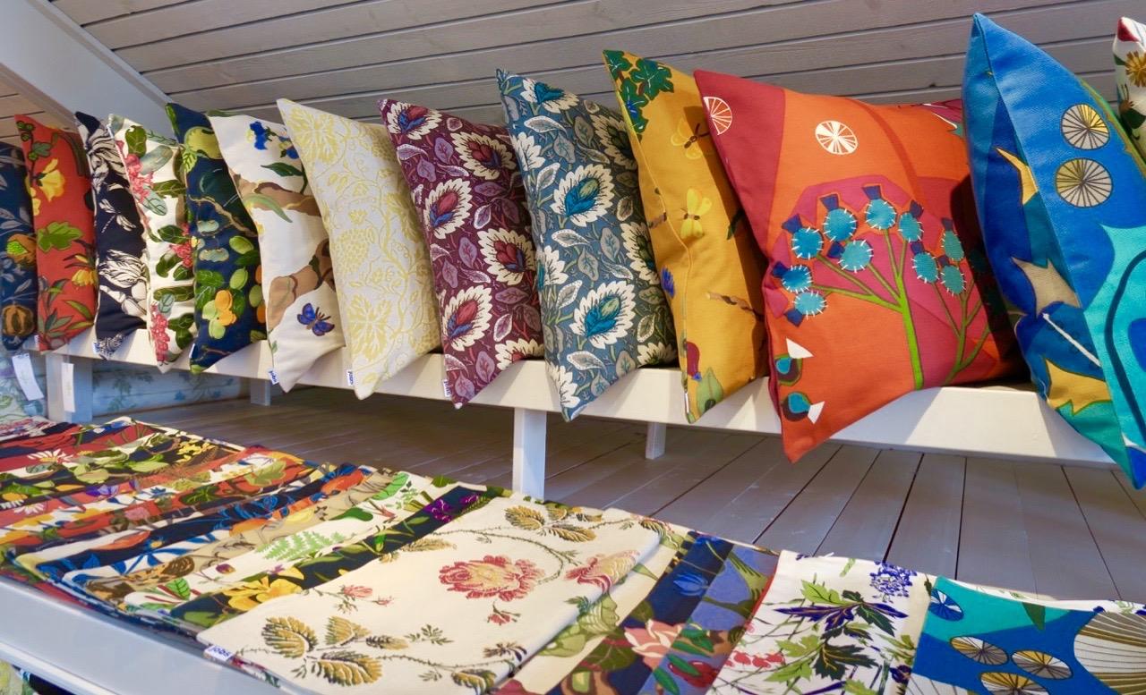 Jobs handtryck i Leksand har ofta färgglada blomster med i sina mönster och tryck