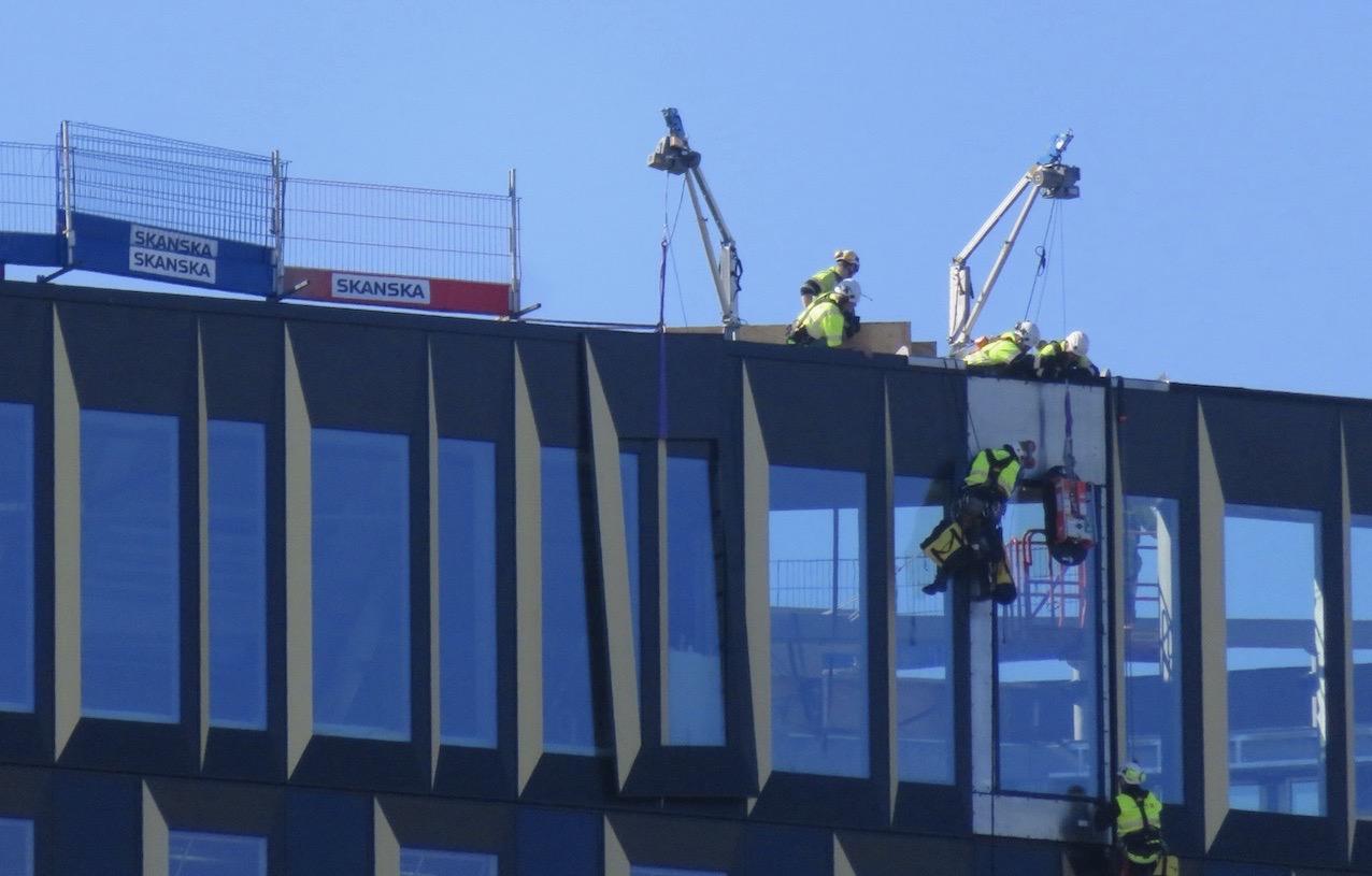 Visst är det en del som händer både på land och i vattnet. Här jobb på skyskrapan Stockholm New som vi ser tvärs över Hammarbykanalen.