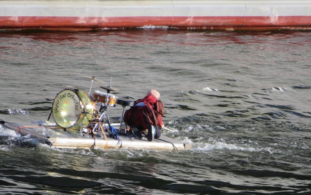 En del som händer är det även på vattnet, i Hammarbykanalen. Här en trummis som spelar.