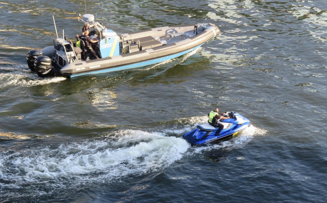 Närproducerat vet jag inte om vare sig vpolisens vatttenskoter eller kustbevakningens båt är. Men de är snabba.