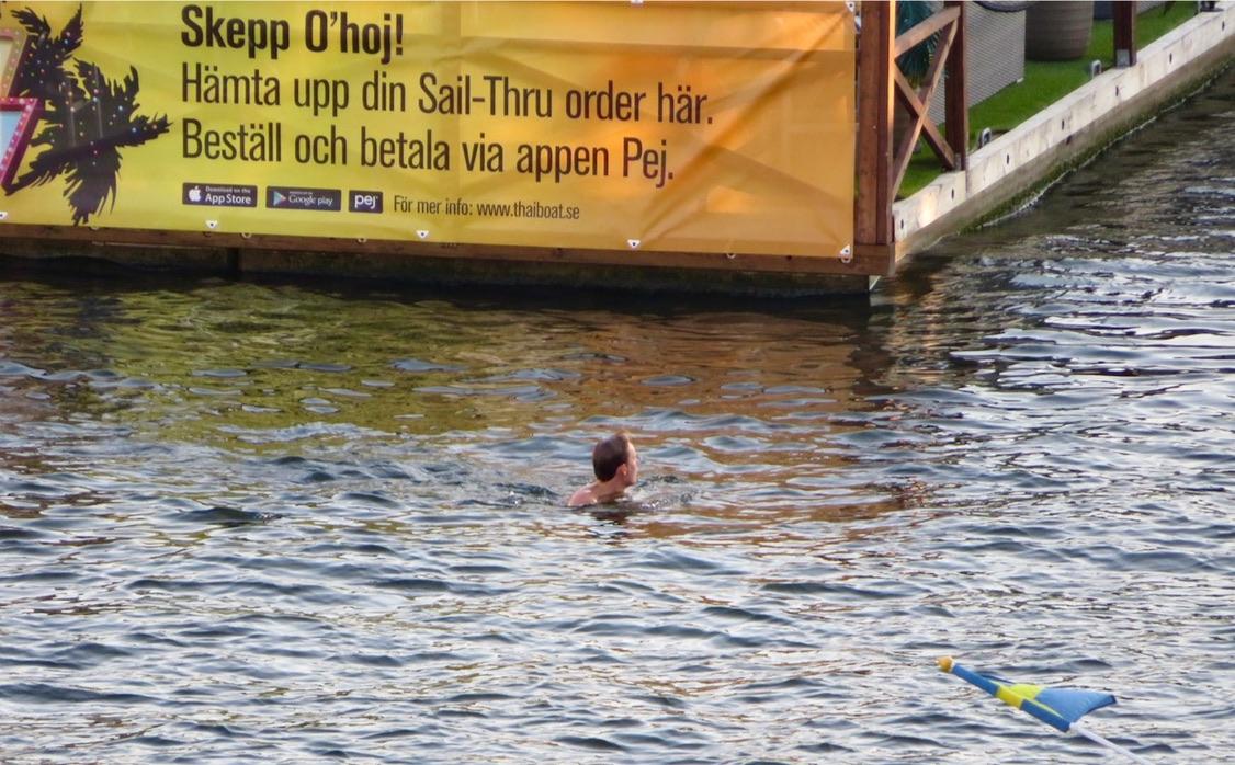 """Närproducerat? Jodå skylten om """"Sail - Thru"""" på restaurang Thaiboat är det. Likaså bilden som jag tog från balkongen igår. Södermalm/Hammarbykanalen"""
