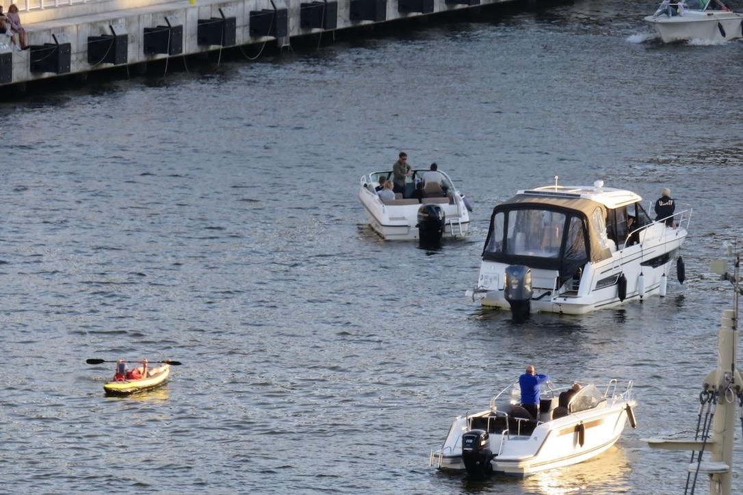 Hammarbykanalen. Även båtförarna kan vara åskådare. Mycket att titta på för dem också.