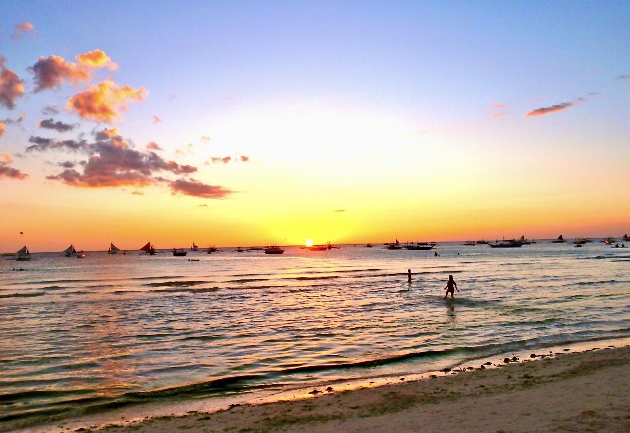 Solnedgång på Boracay, Fikippinerna. Spännande och vakcert att se himmel och moln ändrar färg.