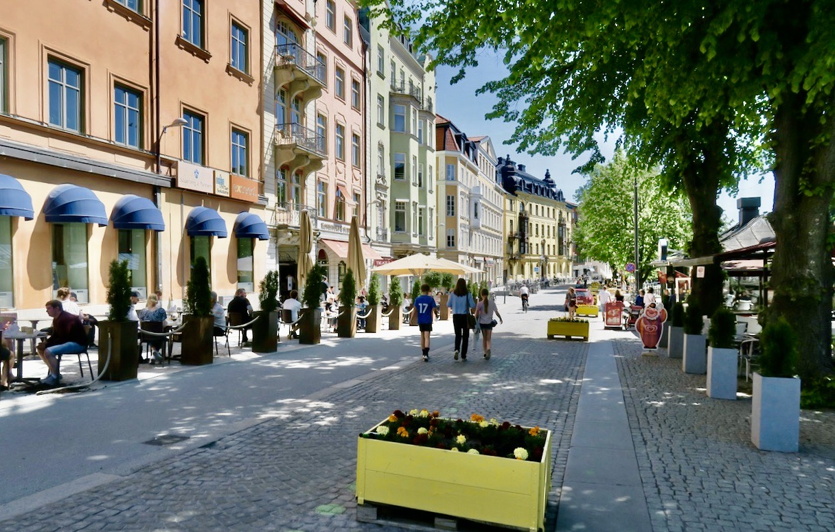 Även Uppsala har en sommargata, Östra Ågatan som sträcker sig längs Fyrisån .