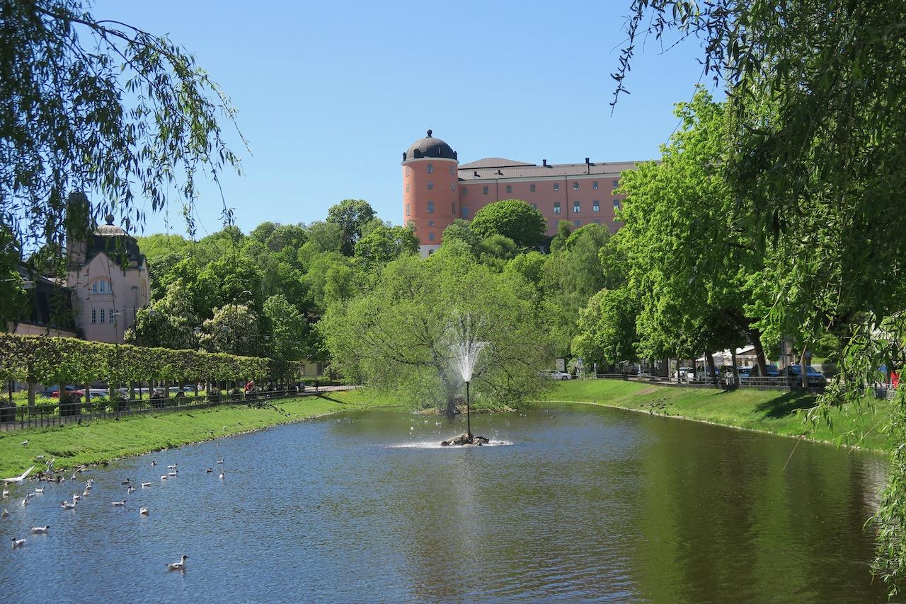 Svandammen och Uppsala slott i bakgrunden.