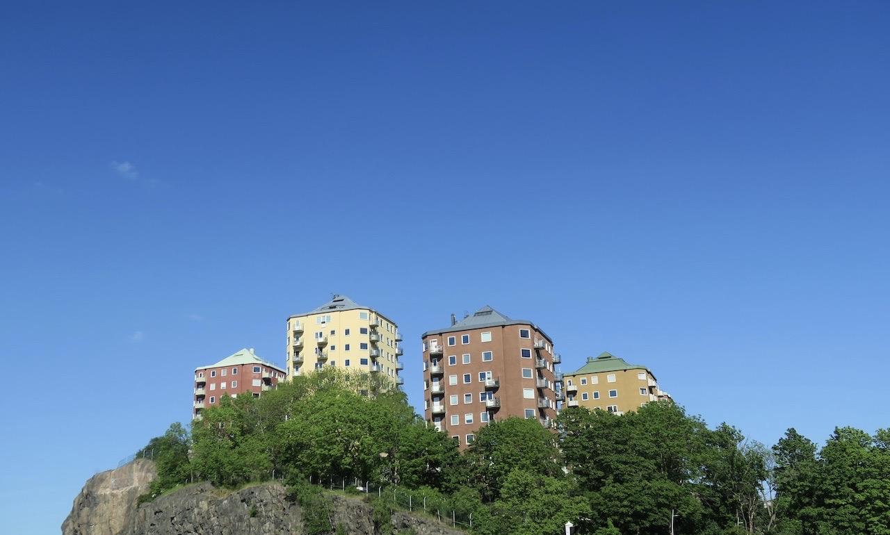 Södermalm. De genomgående färgerna längs Saltsjön var blått och grönt. Men de färgglada husen uppe på Danviksklippan bidrog till det färgglada.