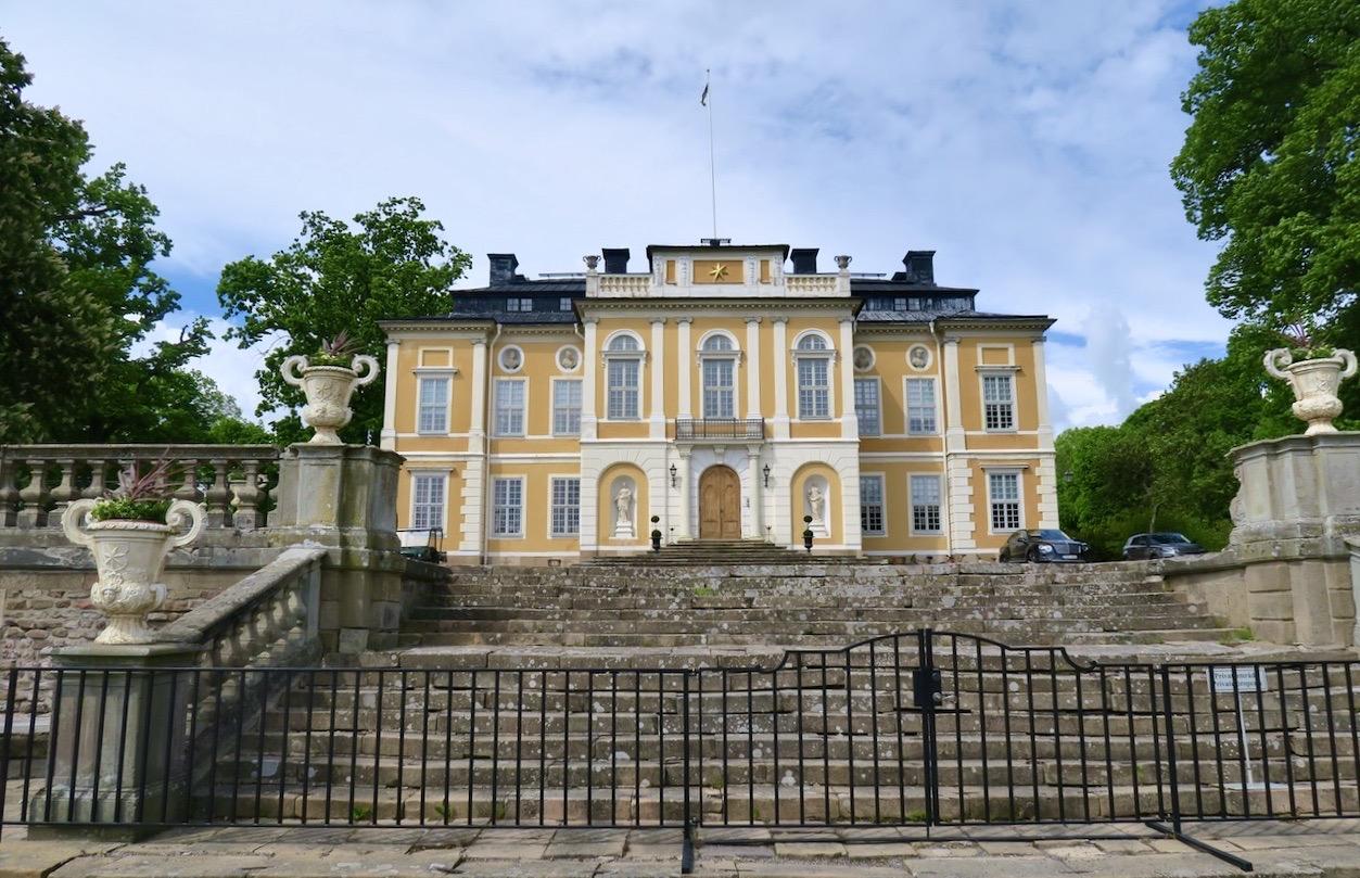 Steninge slott sett från sjösidan.