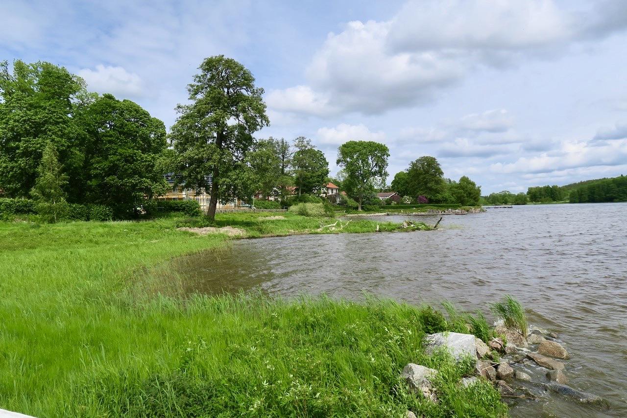 Steninge slott och Slottsbyn erbjuder både en hel del grönska och närheten till Mälaren