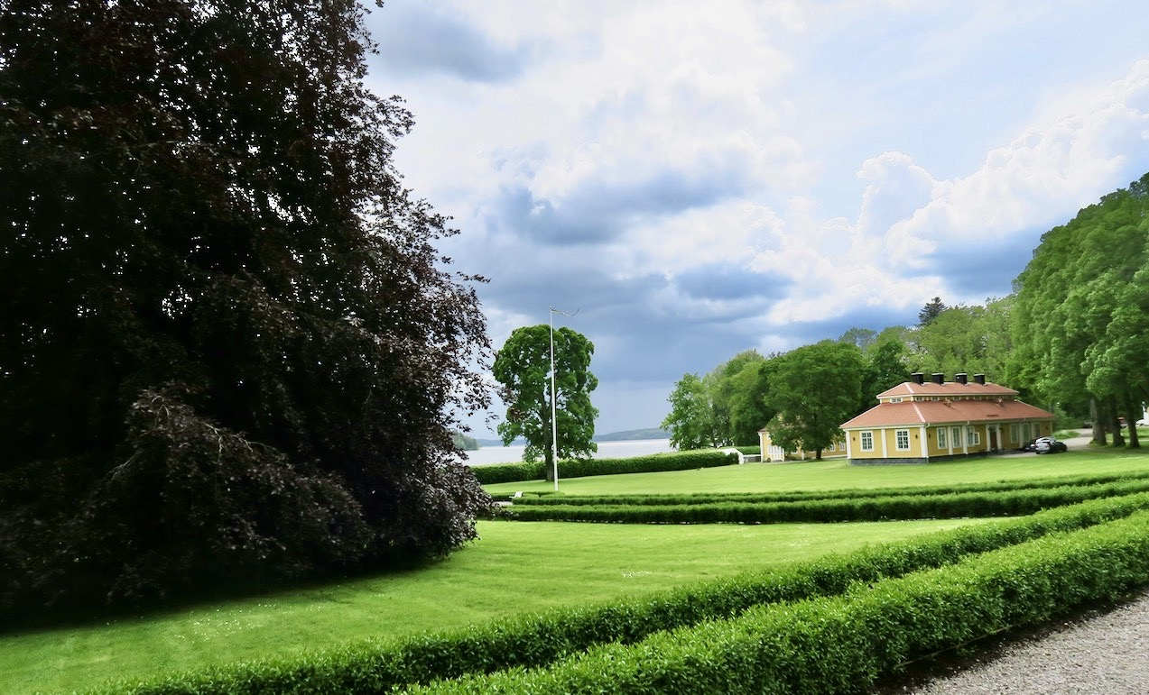 En del av Steninge slottsparken leder på baksidan ner mot Mälaren