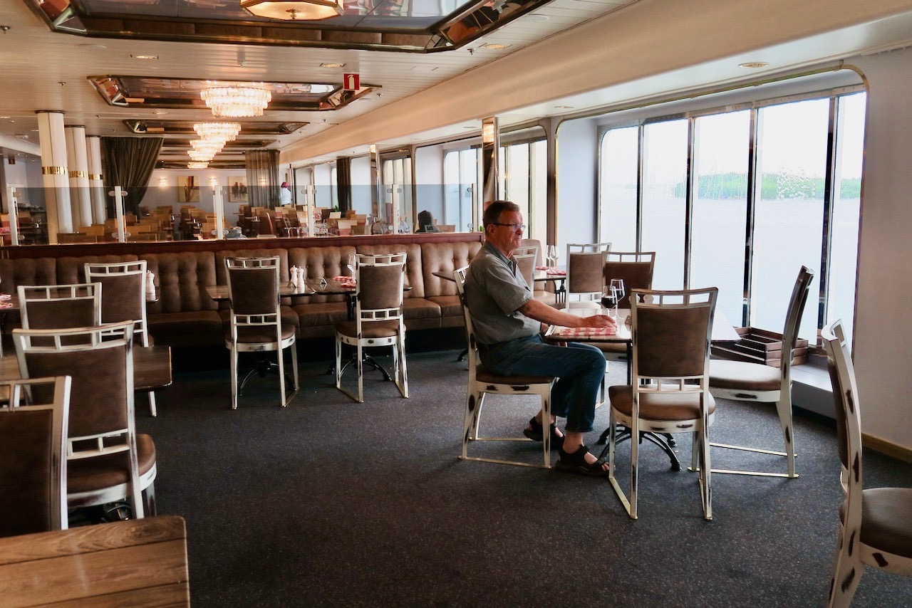 Vikinglinjens Amorella. På en Ålandskryssning är god mat något vi unnar oss. Vi är nästan ensamma i den stora matsalen.
