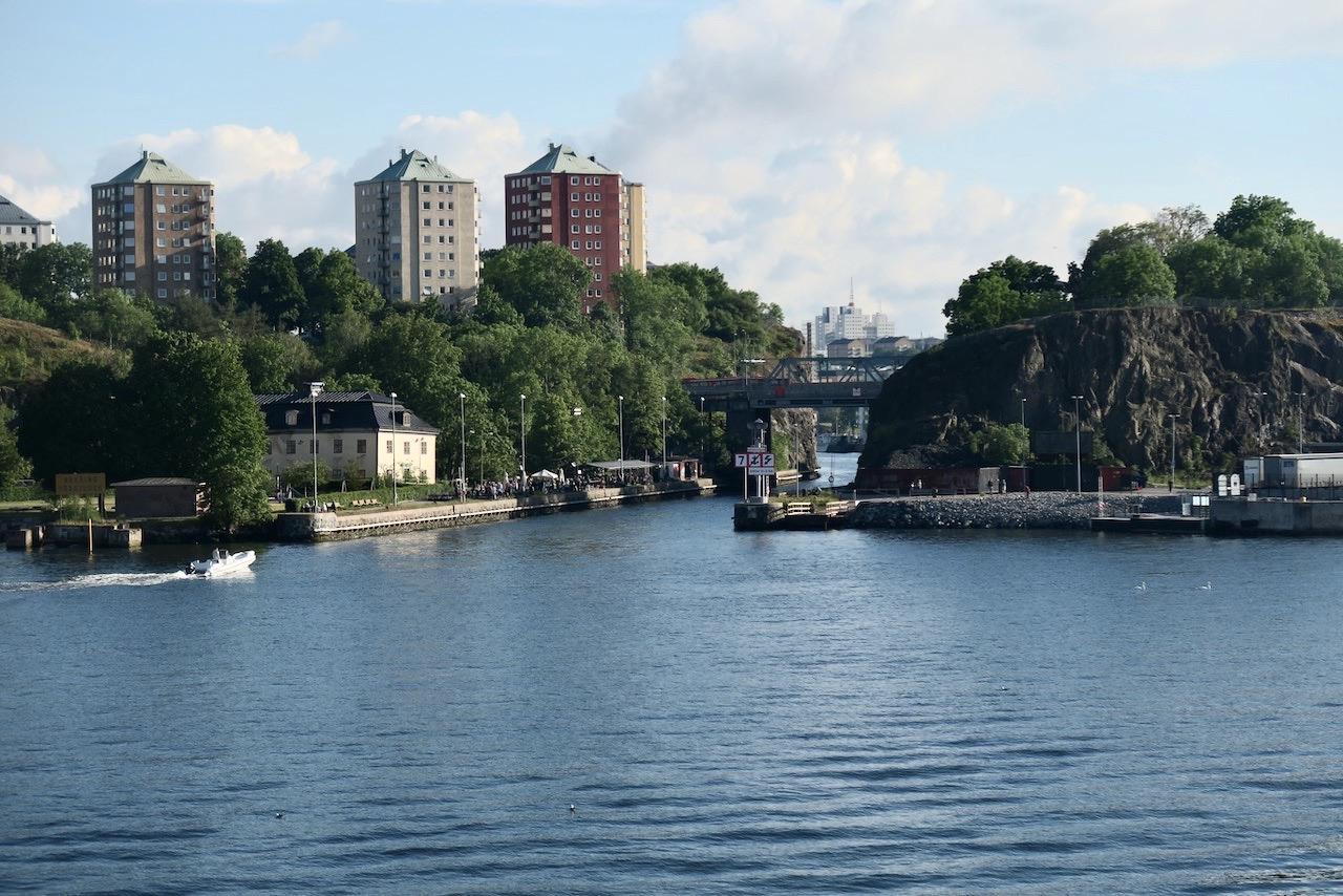 Nästan hemma från vår Ålandskryssning. Kända trakter med Danviksklippan. Danviksbron och uteserveringen Boule & Berså,