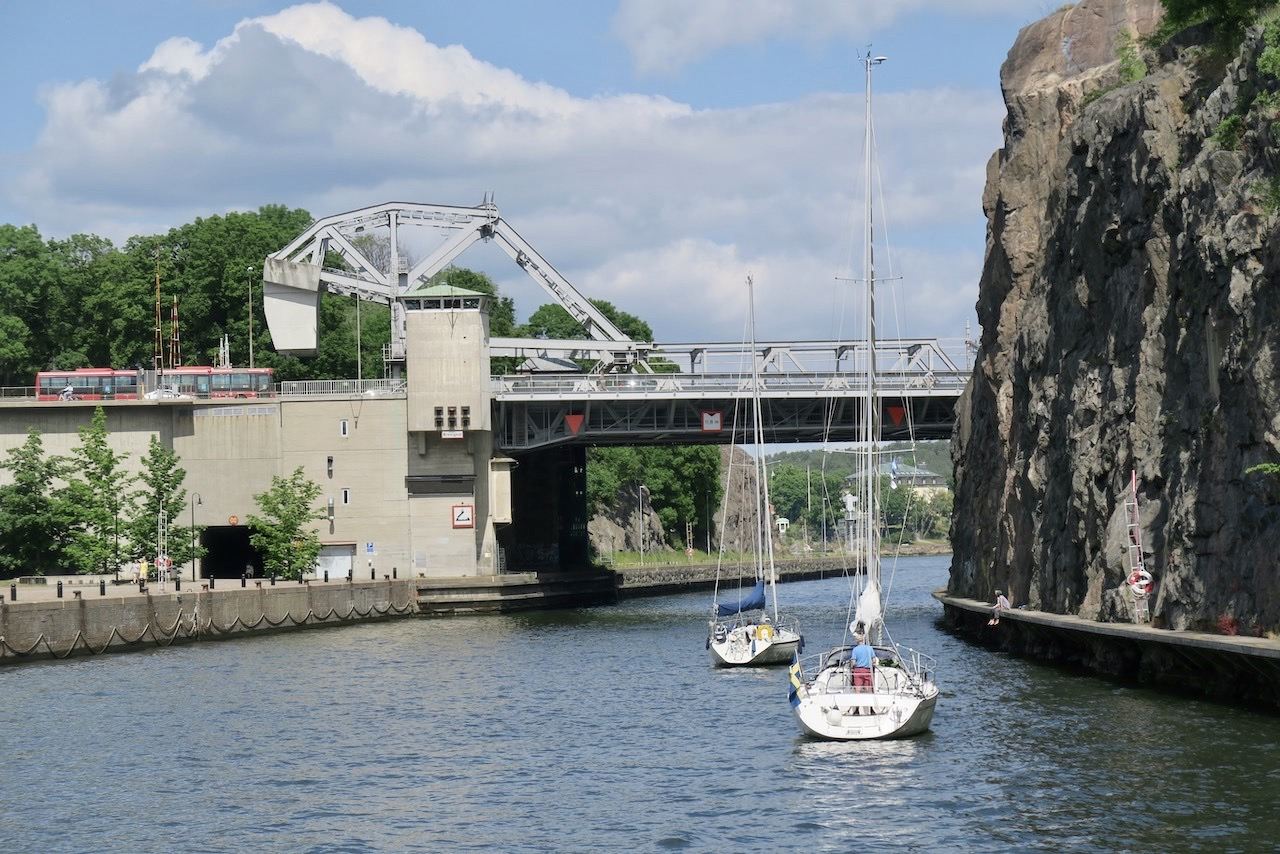 Att ta en pendelbåt gör att man ser en hel del detaljer på ett annat sätt. Här t.ex. Danviksbrons konstruktion. Danviksbrons konstruktion