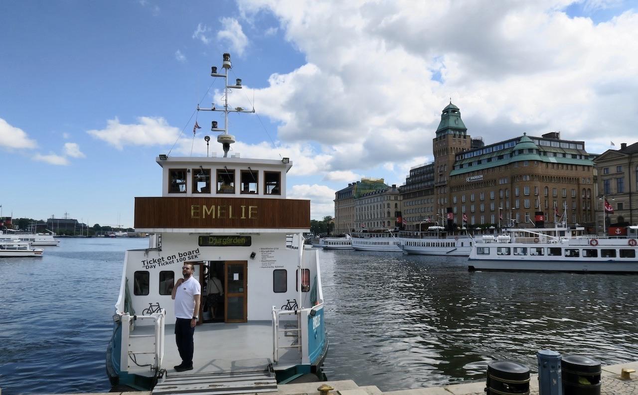 Nybroplan i Stockholm. Visst är det smidigt att kunna ta en båttur med en pendelbåt. Jag uppskattar det verkligen.