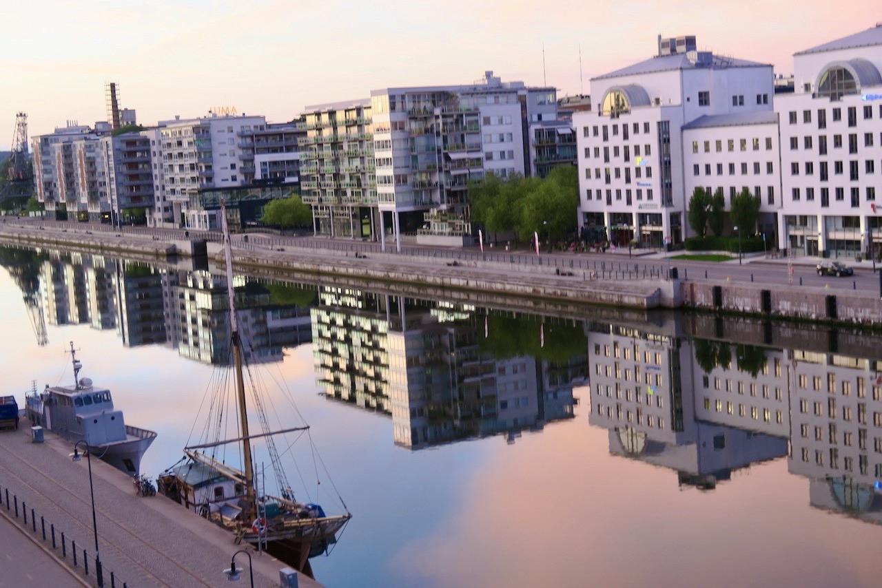 Södermalm. Hammarbykanalen. Slår mig ner en stund och tar in de vackra speglingarna. Min morgonpromenad kan vänta.