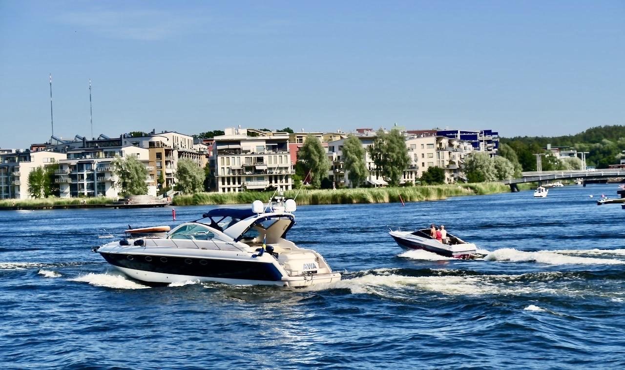 Södermalm.Hammarby sjö/en del av Östersjön. Sommartid innebär att vattnet här fylls av båtar i olika storlekar.